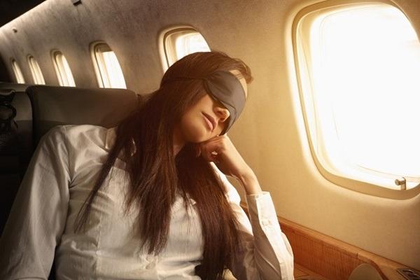 Chia sẻ mẹo ngủ thoải mái trên máy bay dù ngồi khoang phổ thông
