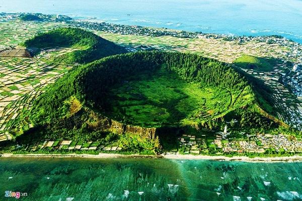 Chiêm ngưỡng vẻ đẹp miệng núi lửa trên đảo Lý Sơn từ fly cam