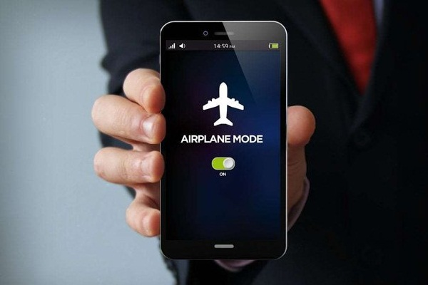 Điều gì sẽ xảy ra nếu bạn không tắt điện thoại trên máy bay